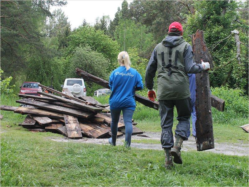 Брянские активисты-экологи разобрали настил у Круглого озера. Чтобы сделать новый