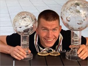 Александр Большунов получил Большой хрустальный глобус за победу в Кубке мира