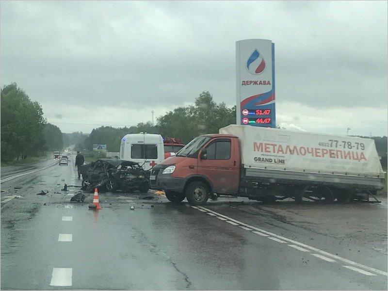 Авария на подъезде к Брянску: два автомобиля превратились в груду железа, жертв пока нет