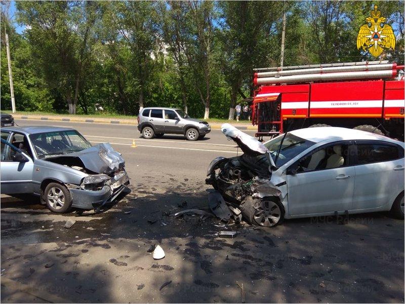 У путепровода на Новостройке сошлись в лобовом столкновении три легковых машины. Все водители оказались в больнице