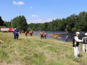 Брянские спасатели реально собирали в Десне условно разлитую нефть