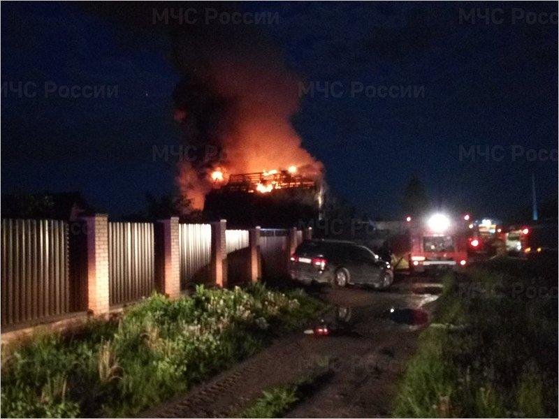 В Чайковичах на окраине Брянска пожарные полтора часа тушили горящий дом