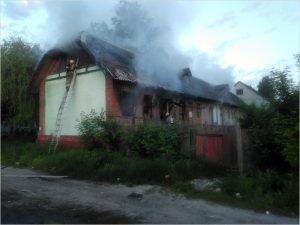 В Бежице рано утром горел нежилой дом у «Цыганского магазина»