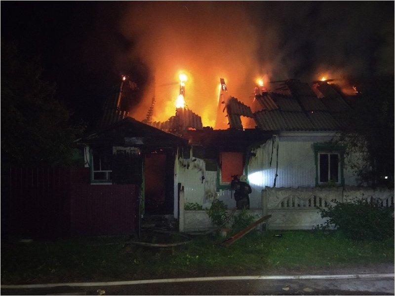 В сгоревшем в полночь доме в Дятьково погиб человек
