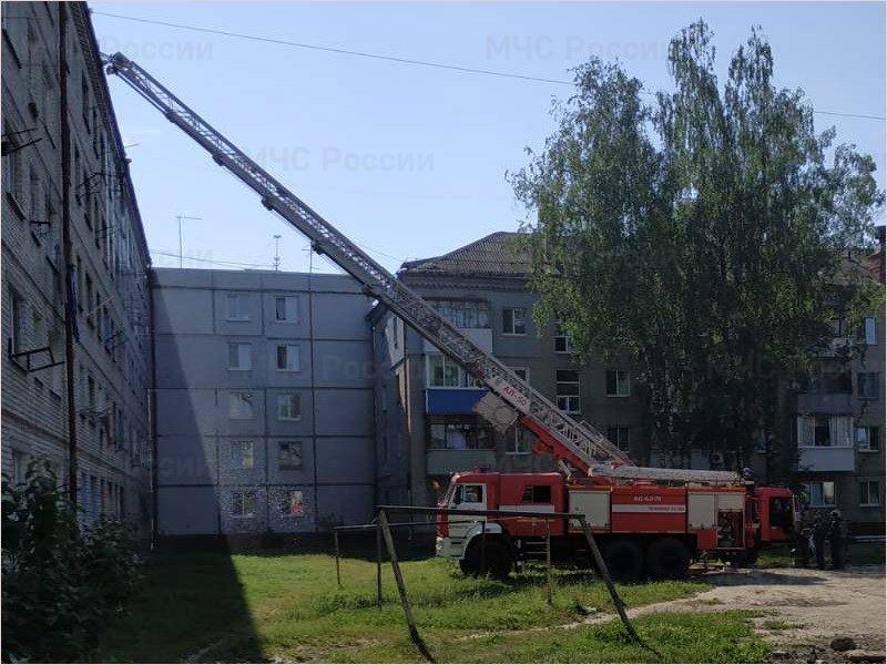 Брянские пожарные ликвидировали возгорание под крышей многоэтажки на Новом Городке