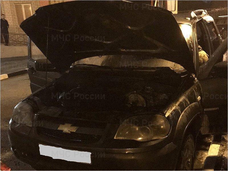 В Брянске  горел припаркованный во дворе внедорожник