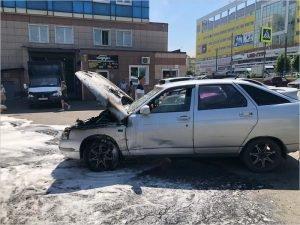 В Брянске у ТРЦ «Мельница» выгорела легковая машина