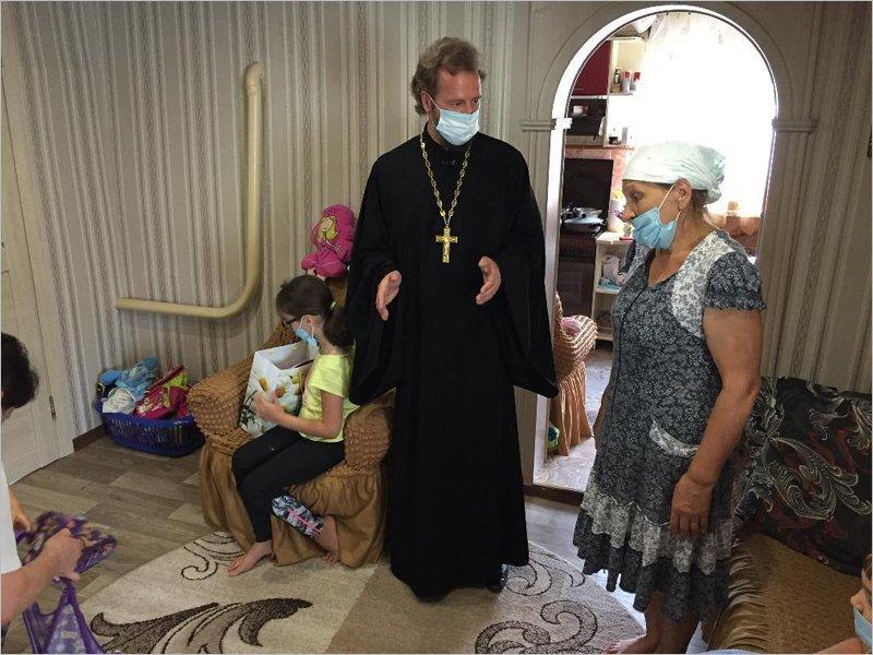 Карачевский протоиерей пришёл с подарками в семью, где детей воспитывает бабушка
