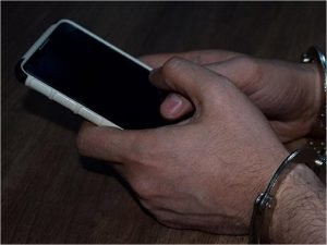 Брянские полицейские нашли забытый смартфон в чужом кармане