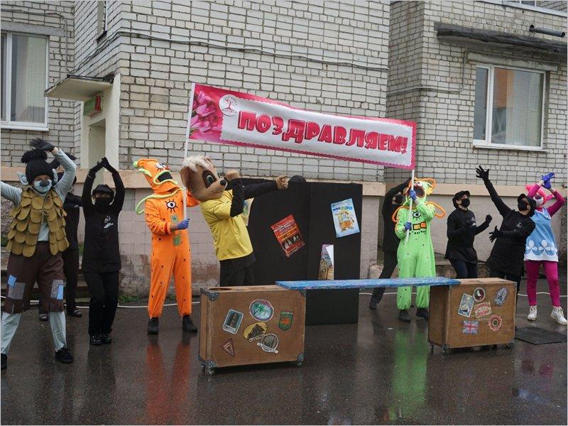 Брянские артисты-кукольники поздравили маленьких пациентов областной больницы с Днём защиты детей