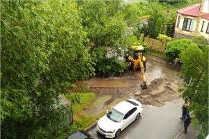 Улица Краснофлотская в Брянске превратилась в реку. Сотрудники МЧС отсыпали дамбу
