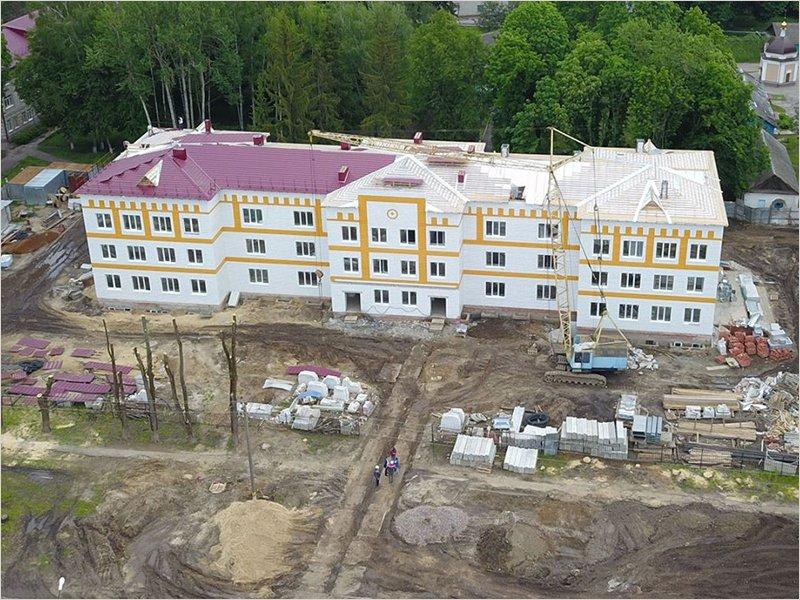 Строители обещают сдать поликлинику и ледовый дворец в Стародубе к концу лета