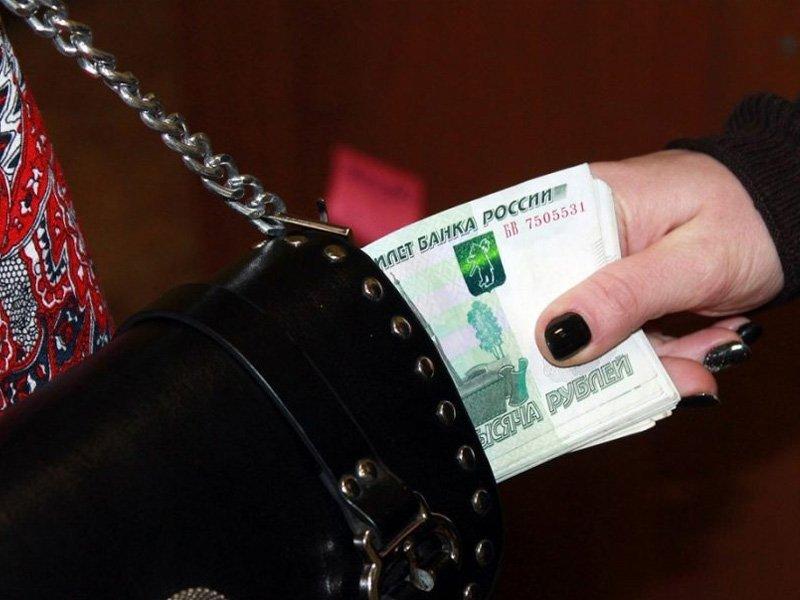 Жительница Брянска на посиделках с подругами соблазнилась деньгами из чужой сумки