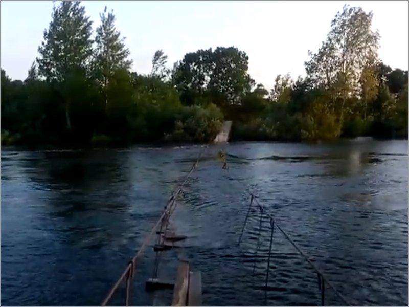 Подвесной мост в Жуковке может быть в очередной раз унесён паводком. Теперь летним, а не весенним