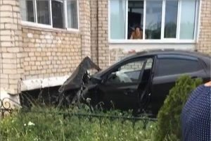 В Клинцах женщина на иномарке протаранила дом