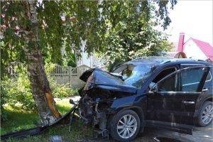 В Брянске внедорожник въехал в дерево, травмированы два человека
