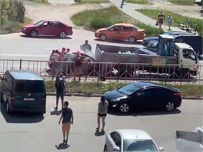 В Брянске легковушка с семьей врезалась в грузовик. Чудом никто не пострадал