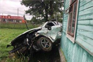 Деревянный жилой дом пострадал в ДТП на въезде в Карачев