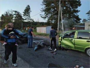В лобовом столкновении в Сельцо переломы ног получили две девочки-пассажирки. И тяжёлые травмы двое взрослых