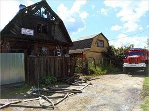 Брянские пожарные больше часа тушили горящую дачу