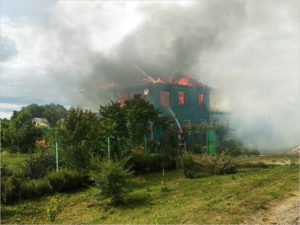 В навлинской деревне огнём уничтожен двухэтажный дом