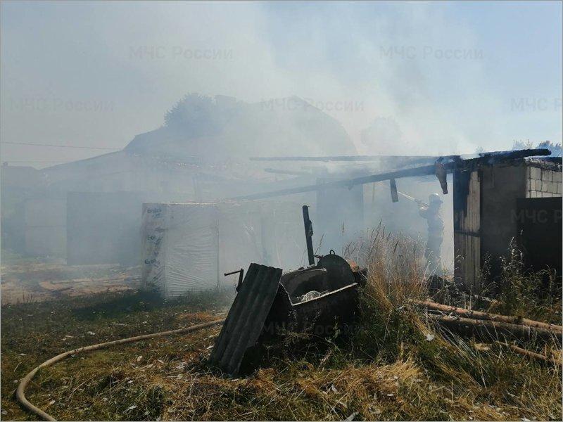 В посёлке Бытошь сгорел гараж на две машины