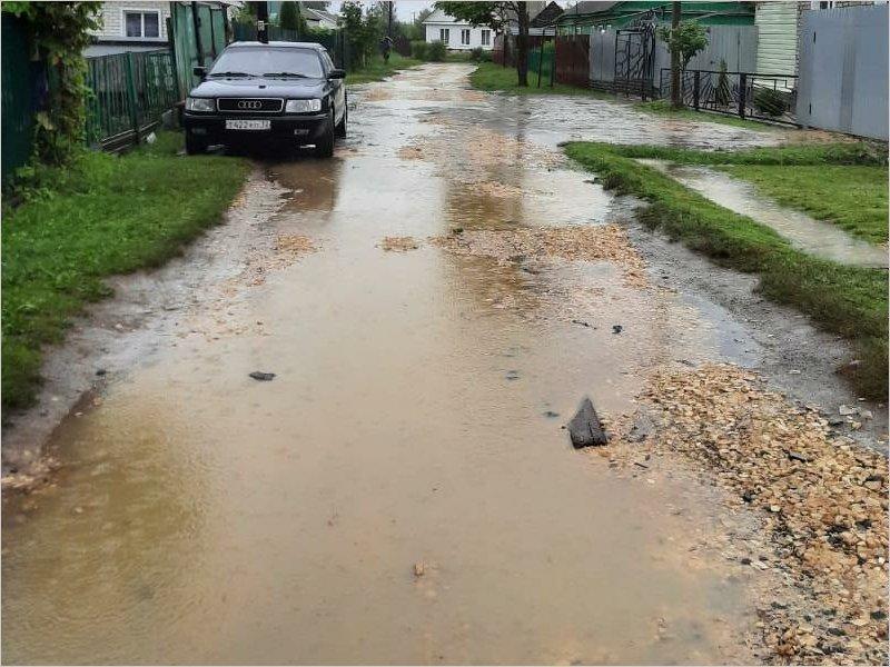 В Карачеве переулок Железнодорожный «отремонтировали» щебнем, но дорога от этого не появилась