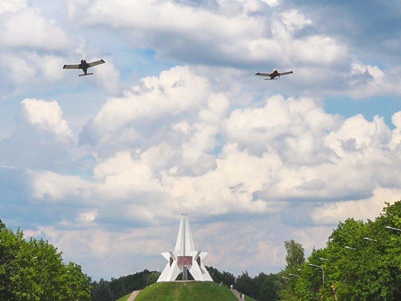 Брянские лётчики устроили торжественный «конституционный» пролёт над городом