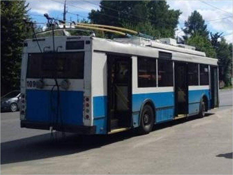 В Брянске пассажир троллейбуса сломал плечо при падении