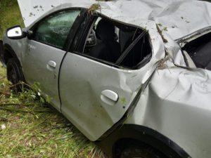 Под Клинцами влетевший в дерево водитель сломал себе руку и отбил голову