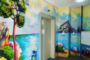 Брянский дедушка бескорыстно разрисовал стены родного подъезда живописными пейзажами