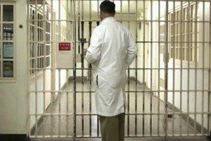 В Брянске обвинённый в смерти арестанта тюремный врач добился оправдания