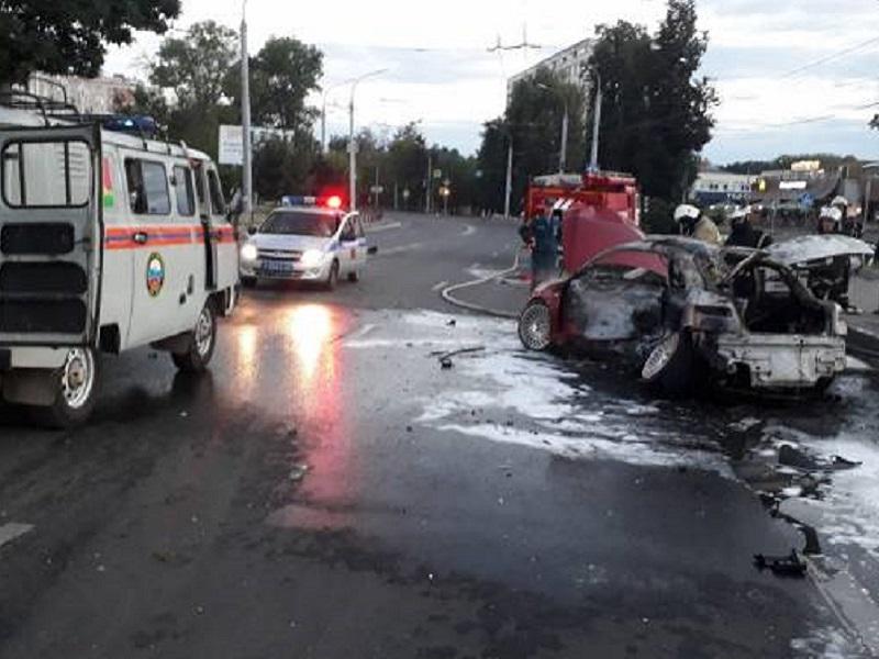 На Кургане Бессмертия после столкновения иномарок погиб пассажир сгоревшей дотла Alfa Romeo (ВИДЕО)