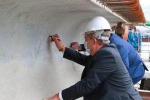 Брянский губернатор расписался на финишной балке Литейного моста