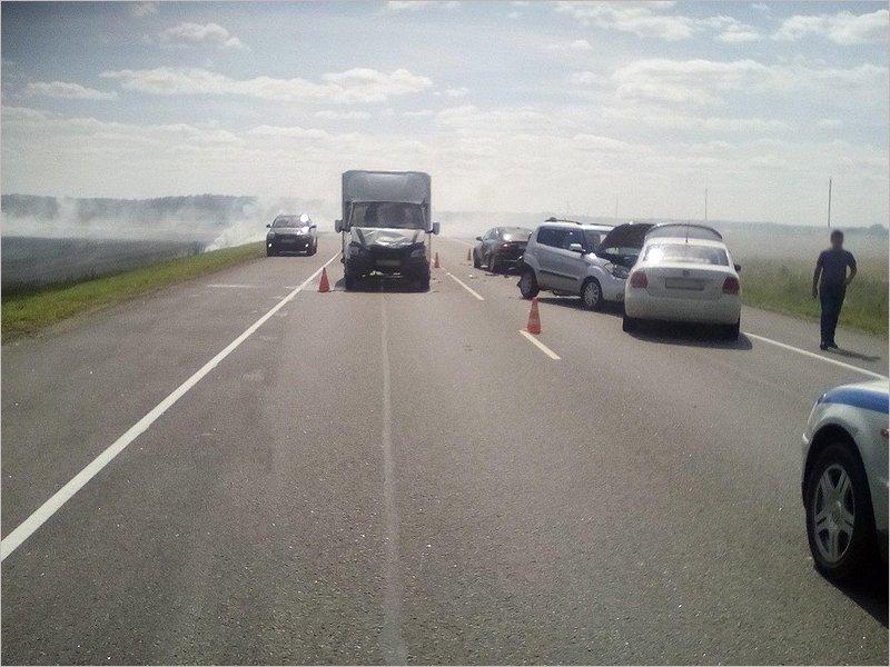 На новозыбковской трассе под Клинцами в ДТП сошлись сразу четыре машины