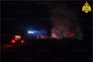 Клинцовские пожарные ночью около часа тушили горящее подворье