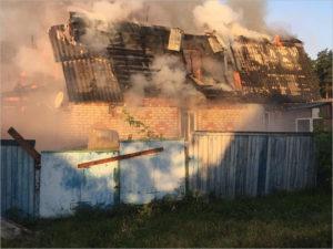 В районном центре Жуковка рано утром сгорел жилой дом. Жертв нет