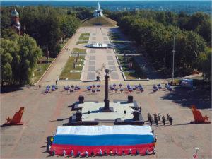 В День флага в Брянске торжественно развернули огромный российский триколор