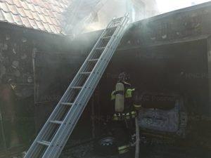 В Супонево сгорел гараж вместе с припаркованной внутри легковушкой