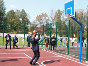 Гендиректор «Транснефть-Дружбы» сделал первый бросок в кольцо на новой спортплощадке в брянской школе №29