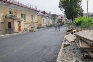 В брянских дворах по улице Калинина завершается асфальтирование