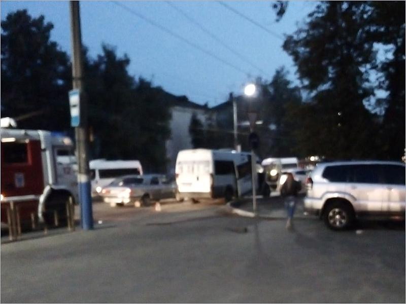 В Брянске на остановке столкнулись маршрутка и три легковушки