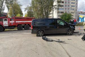 В Брянске тонированный минивэн протаранил легковушку. Есть пострадавшие, подробностей не сообщают