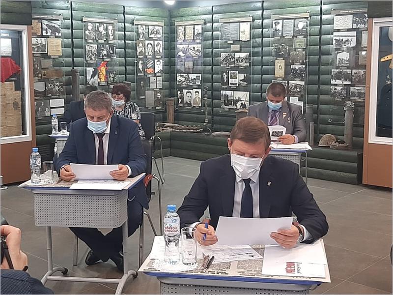 Андрей Турчак написал «Диктант Победы» на «Партизанской поляне» в Брянской области