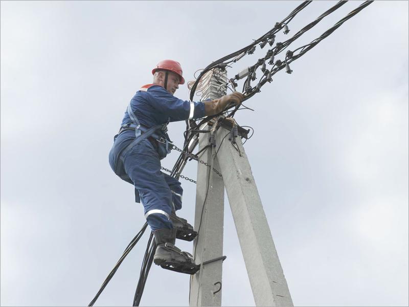Ремонтники «Брянскэнерго» целые сутки восстанавливали нарушенное непогодой электроснабжение в пяти районах области