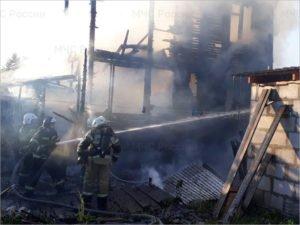 В Брянске горел частный дом и двухэтажная хозпристройка