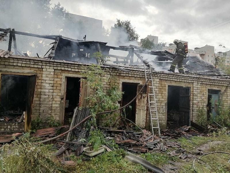 В Брянске пожарные тушили старые сараи