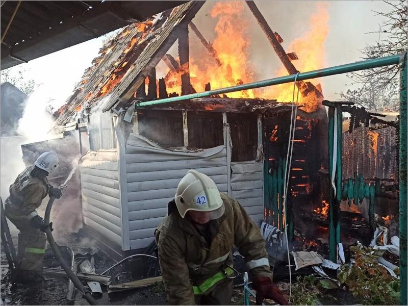 В Карачеве пожарные полчаса тушили горящее подворье