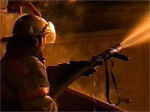 Трубчевские пожарные целый час тушили горевший склад