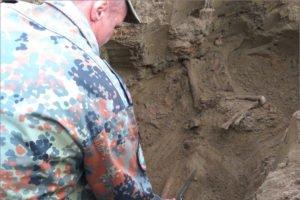 Брянские поисковики подняли останки красноармейца из калужской земли